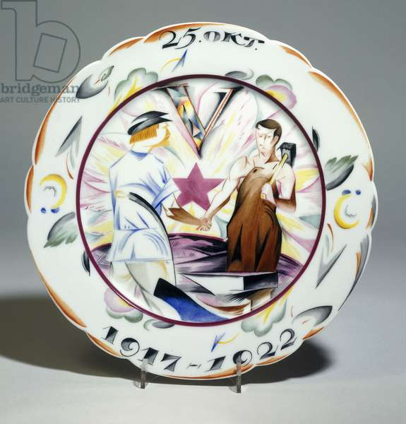 A Soviet porcelain propaganda plate, painted with a worker and a peasant shaking hands, early 20th century (porcelain)