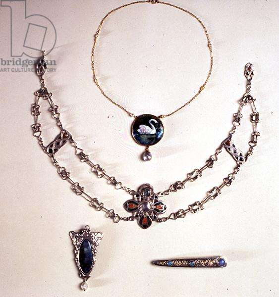 Two necklaces, a pendant and a brooch, c.1900-20