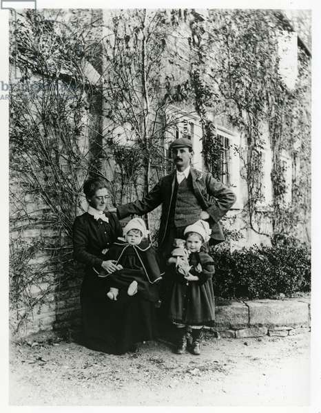 Lucy and Sidney Barnsley with their children Grace and Edward Barnsley, c.1901 (b/w photo)