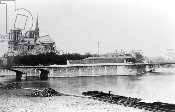 View of the Cathedral of Notre-Dame in Paris, the Quai de la Tournelle and the River Seine, c.1900 (b/w photo)