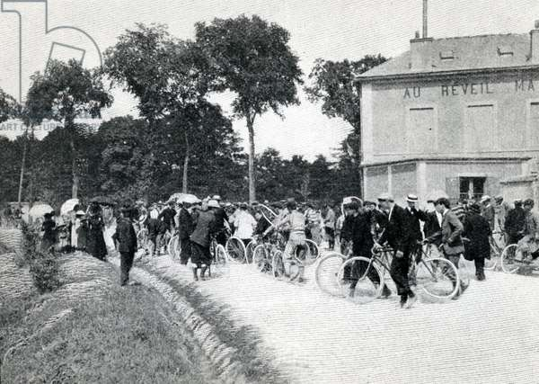 Departure at Villeneuve-Saint-Georges of the first Tour de France, from 'Le Monde Illustre', 11th July 1903 (b/w photo) (detail, see also 163902)