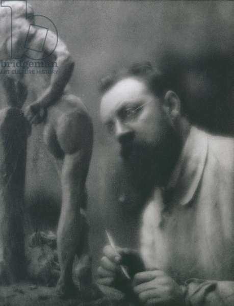 Henri Matisse (1869-1954) with his statue, The Serpentine, c.1909 (photo)