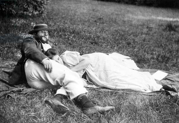 Thadée Natanson and his wife Misia Godebska in the garden of their country home, 'Le Relais', c.1899 (b/w photo)