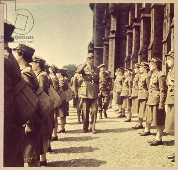 General de Gaulle (1890-1970) inspects auxiliaries, London 1941 (photo)