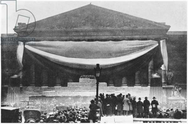 The cenotaphe of Jean Jaures before the Assemblee Nationale, from 'Le Monde Illustre', 6th December 1924 (photolitho) (b/w photo)