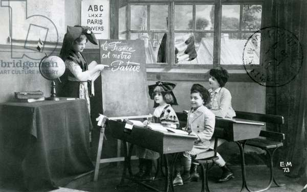 Postcard depicting a classroom in Alsace, c. 1918 (photo litho)