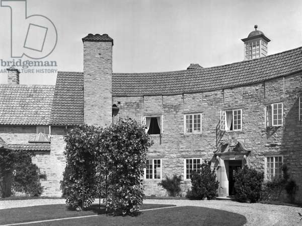 The entrance front of Grey Walls, from 'Edwin Lutyens: Country Houses' (b/w photo)