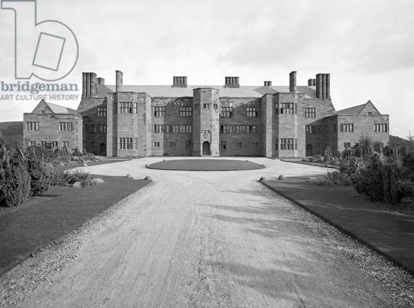 The entrance front of Abbey House, from 'Edwin Lutyens: Country Houses' (b/w photo)