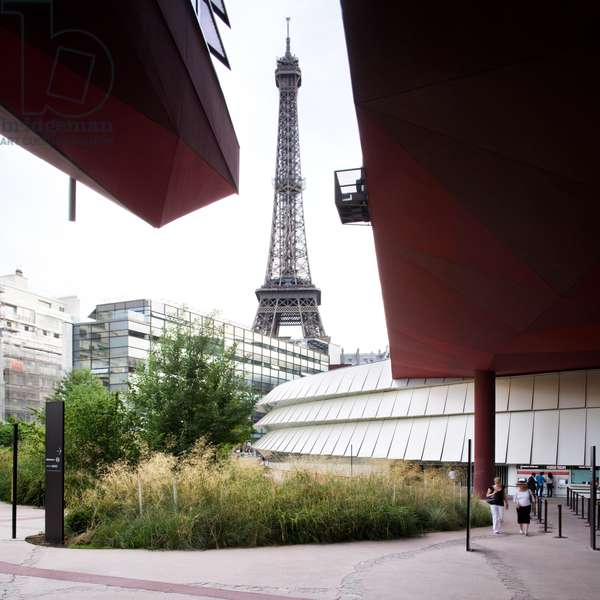 Eiffel tower from the Quai Branly Museum, Paris (photo)