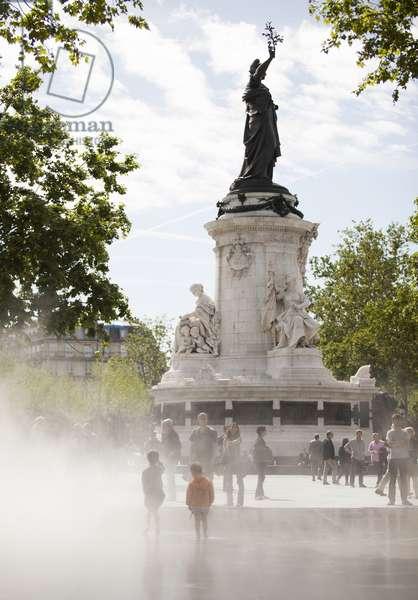 Children playing in a fountain, Place de la Republique, Paris, France (photo)