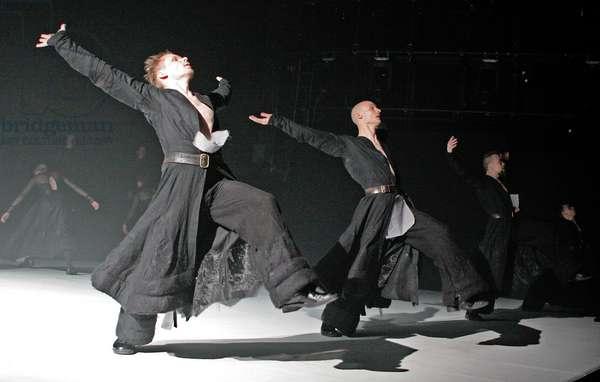 "Tero Saarinen Company & The Boston Camerata in ""Borrowed Light"". Queen Elizabeth Hall, London, 6th April 2005 (photo)"