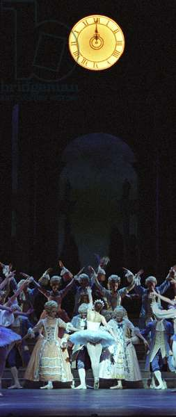 Royal Ballet Cinderella, the clock strikes midnight (photo)