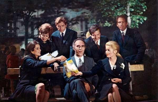 L'actrice française Catherine Deneuve (à droite) et l'acteur français Michel Piccoli (au centre) avec d'autres comédiens sur le tournage du film d'AlainCavalier «Heartbeat» en 1968