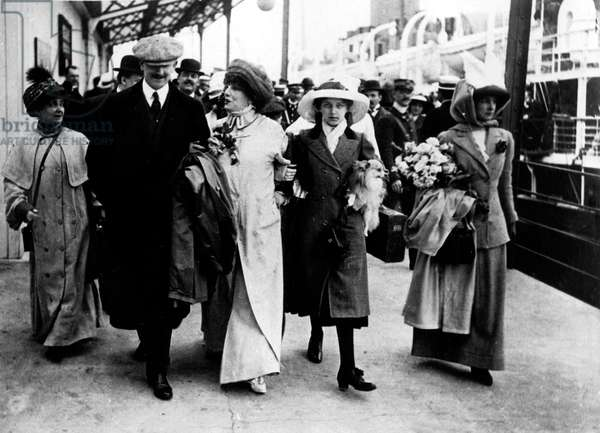 French comedian Sarah Bernhardt (1844-1923) coming back from a tour in USA, near her is Lysiane Bernhardt 1901