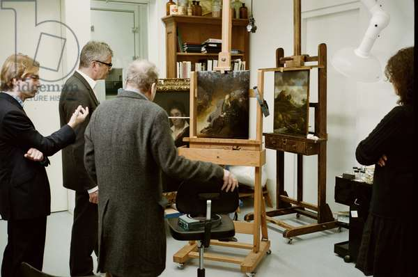 Lucian Freud examining Rembrandt's 'Jeremiah Lamenting the Destruction of Jerusalem' (1630), with Taco Dibbits and Jay Jopling, Rijksmuseum, Amsterdam, 2009 (photo)