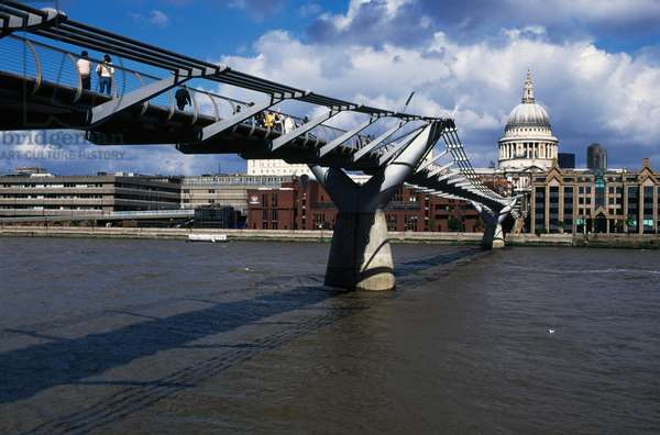 Millennium bridge, 2000, by Arup (engineers), Foster and Partners (architects) and sculptor Sir Anthony Caro, with Saint Paul's Cathedral in background, London, England, United Kingdom