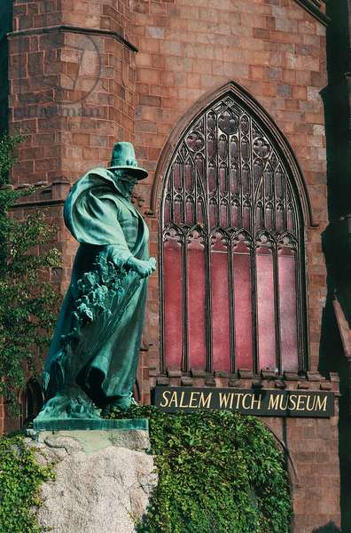Statue of Roger Conant (ca 1592-1679), founder of Salem, in front of the Salem Witch Museum, Salem, Massachusetts, USA