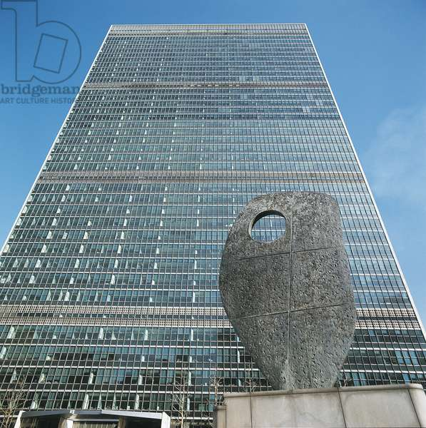 Low angle view of Barbara Hepworth sculpture in front of a government building, United Nations Building, New York City, New York State, USA