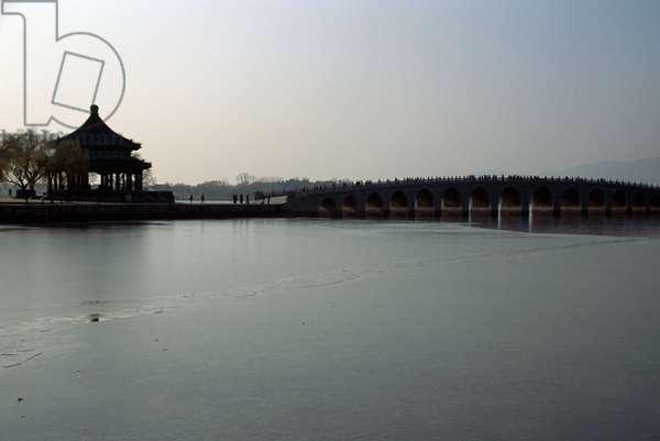 Heralding spring pavilion and Seventeen-Arch bridge on Kunming lake, Summer palace (Unesco World Heritage List, 1998), Beijing, China, 19th century (photo)