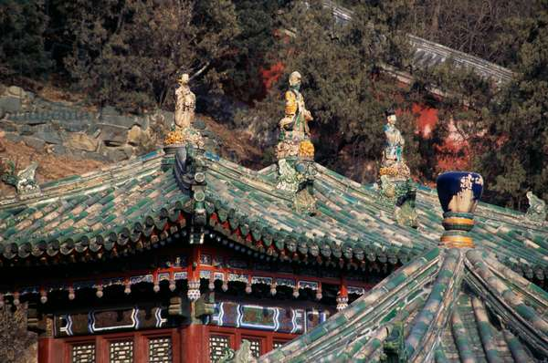 Statues and decorative elements on  roofs of pavilions next to Tower of  Fragrance of Buddha or Tower of Buddhist Incense (Foxiang Ge), Summer palace (Unesco World Heritage List, 1998), Beijing, China, 18th-19th century (photo)