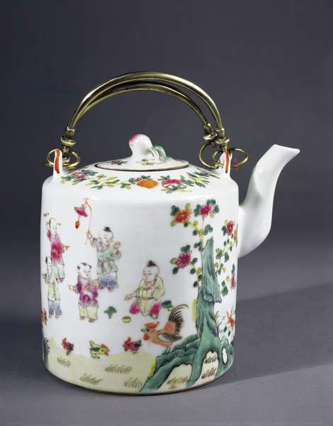 Porcelain teapot with steel handle