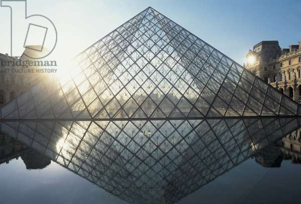 Pyramid in front of an art museum, Louvre Pyramid, Musee Du Louvre, Paris, France