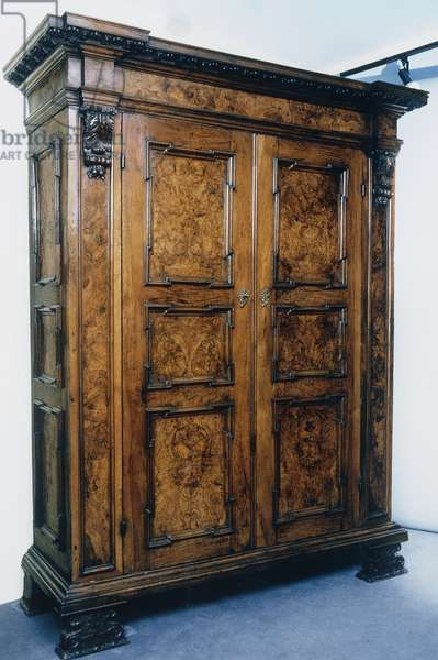 Lombard-Emilian wardrobe with doors decorated with walnut root inlays surrounded by frames, Italy, 17th century