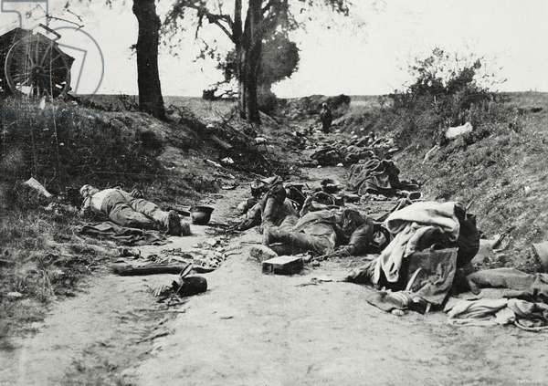 Germans fallen along road used as trench, Soissons, World War I, from l'Illustrazione Italiana, Year XLV, No 33, August 18, 1918