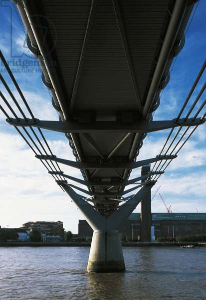Millenium Bridge (21st century), design by Norman Foster and Sir Anthony Caro, London, Great Britain
