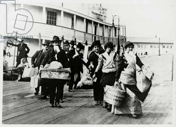 Landing of immigrants from Europe, Ellis Island, 1920, New York, United States of America, 20th century