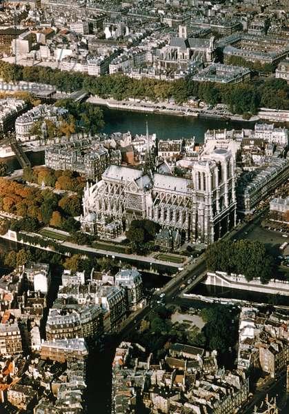 France, Paris, Ile de la Cite,  Aerial view of Notre Dame de Paris  (photo)