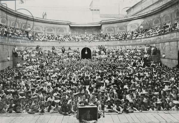 Audience in Arena del Sole for hundredth performance of Daughter of Iorio, by Gabriele d'Annunzio, Bologna, Italy, photograph by Giovanni Castelli, from L'Illustrazione Italiana, Year XXXI, No 33, August 14, 1904