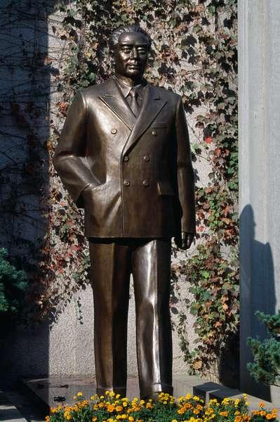Bronze statue of Sun Yat Sen, Mausoleum of Sun Yat Sen, Nanjing, Jiangsu, China, 20th century