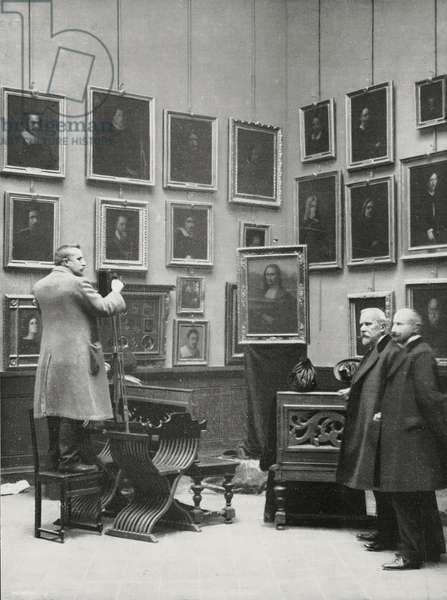 Professor Luigi Cavenaghi (second from right) with Gioconda (Mona Lisa) exhibited in Uffizi portrait room, after it was recovered in Florence following Vincenzo Peruggia's theft, Italy, photograph by Perazzo