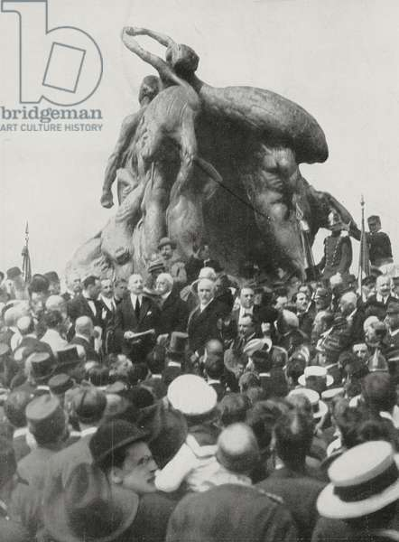Gabriele d'Annunzio holding speech at the inaugural ceremony on the base of the monument to the Thousand, May 5, Quarto, Genoa, Italy, drawing by Gennaro d'Amato (1857-1947), L'Illustrazione Italiana, Year XLII, No 19, May 9, 1915