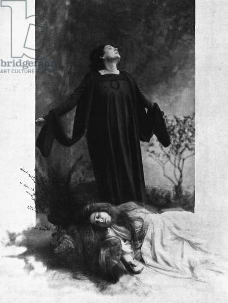 Actress Eleonora Duse (1858-1924) at end of Dead city, tragedy by Gabriele D'Annunzio (1863-1938), engraving, Italy, 19th-20th century