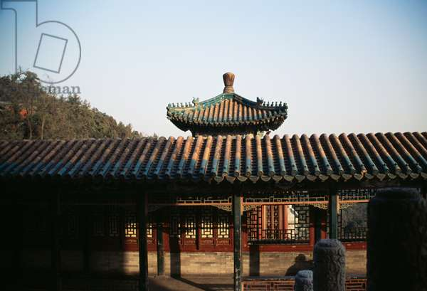 Pavilion near  Tower of Fragrance of Buddha or Tower of Buddhist Incense (Foxiang Ge) in  background, Summer palace (Unesco World Heritage List, 1998), Beijing, China, 18th-19th century (photo)