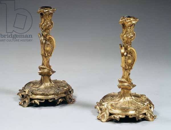 Pair of Louis XV style chandeliers, in chiseled and gilded bronze with decorations, 30x18cm, France, 18th century