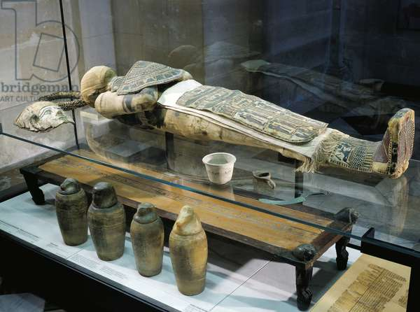 Mummy of Herichefemhat cupbearer and tools for embalming and burial, oil lamp, knife and four canopic jars, Egyptian civilization, Late Period