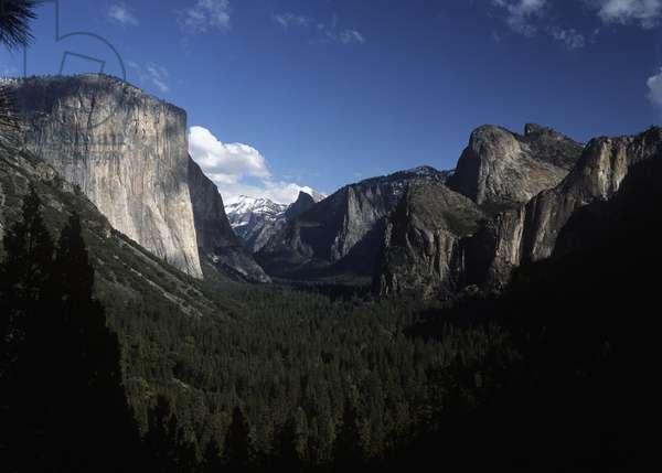 USA, California, Yosemite National Park, El Capitan Mountain and Yosemite Valley