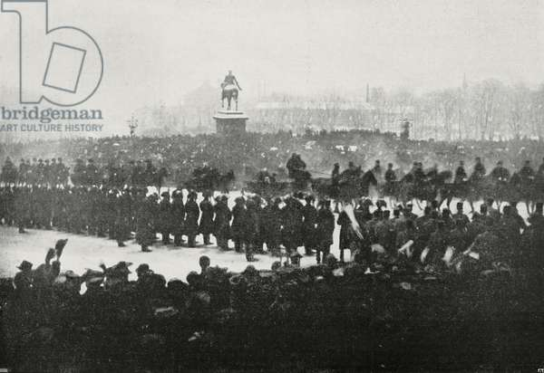 Solemn arrival of King Haakon VII in Oslo, procession in palace square, Norway, photograph by Clausen, from L'Illustrazione Italiana, Year XXXII, No 50, December 10, 1905