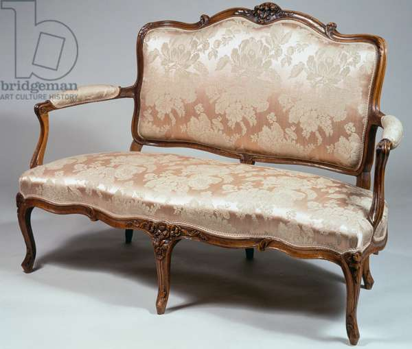 Louis XV style canape with upholstered seat, in molded and carved natural wood and arched legs ending in acanthus leaves, 101x147x66cm, France, 18th century
