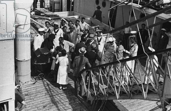 Spanish refugees arriving onto Genoa port, August 3, 1936, Spanish civil war, Italy, 20th century