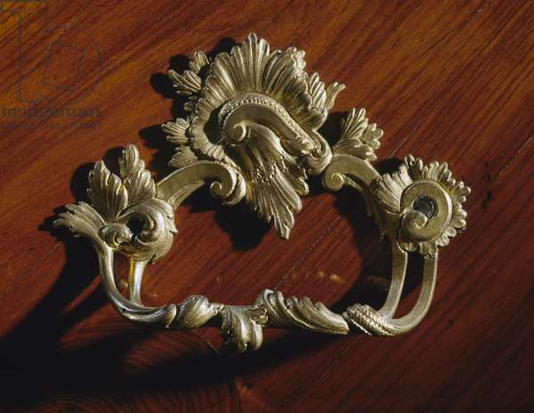 Metal drawer handle on a Louis XV-style bois de rose, bois de violette and rosewood Trumeau, 1760, made in Genoa, Italy, 18th century detail