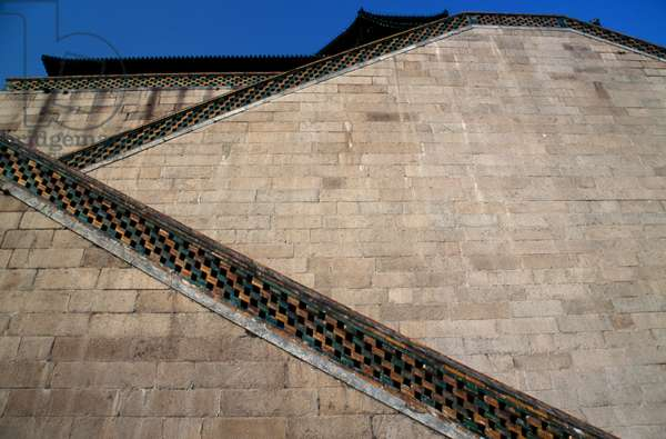 Staircase leading to  Tower of  Fragrance of  Buddha or Tower of Buddhist Incense (Foxiang Ge), Summer palace (Unesco World Heritage List, 1998), Beijing, China, 18th-19th century (photo)