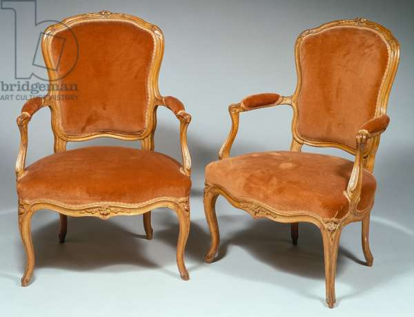 Pair of Louis XVI style cabriolet armchairs in molded and carved natural wood, with little flowers and acanthus leaves; arched armrests and legs, stamped by PJ Pluvinet, 90,5x63,5x50cm, France, 18th century