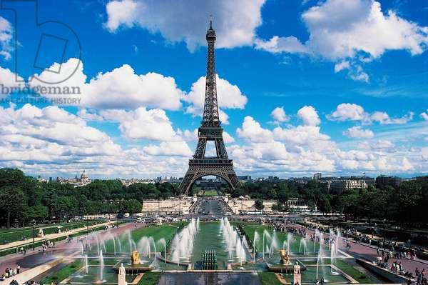 Eiffel tower and fountains ofTrocadero, Paris, Ile-de-France, France