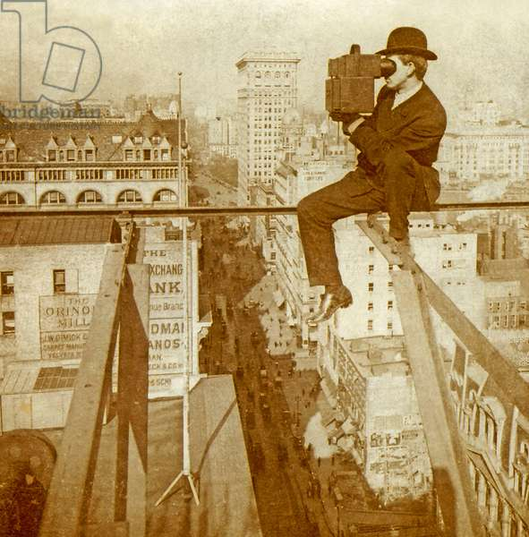 Stereoscopic card depicting a photographer viewing through a stereoview above 5th Avenue, New York, c.1900 (sepia photo) (see also 617834)