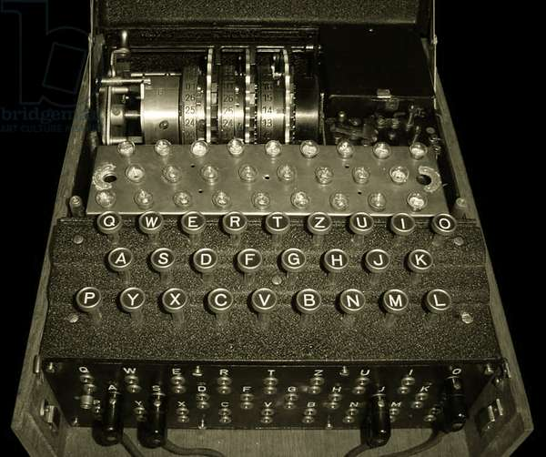 Enigma cipher machine with three rotors (photo)