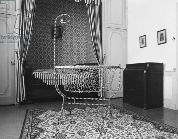 Craddle of Charles de Gaulle in his birthplace, 9, rue Princesse, Lille, 1890 (photo)